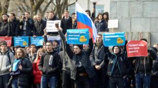 Opositores do governo russo se manifestam em Vladivostok neste domingo, 26 de março de 2017.