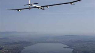 Первый испытательный полет самолета Solar Impulse HB SIA над равниной Пайерна. Швейцария, 7 апреля 2010.