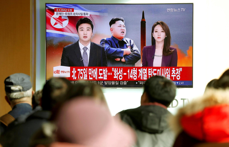 Người dân Hàn Quốc theo dõi thông tin vụ thử tên lửa liên lục địa của Bắc Triều Tiên ngày 29/12/2017, Seoul.