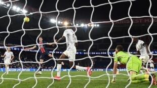 Julian Draxler inscrit l'unique but du match remporté par le PSG contre Metz, au Parc des Princes, le 16 septembre 2020
