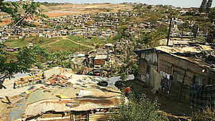 Un bidonville près de la décharge de Bisasar à Durban, en Afrique du Sud. Près de 400 millions d'Africains vivent toujours avec moins de 1,25 dollar par jour.