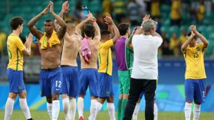 Wachezaji wa Brazil, wakiwa wanashangilia baada ya timu yao kupata nafasi ya kicheza hatua ya robo fainali ya michezo ya Rio, Brazil, 11 Agosti, 2016.