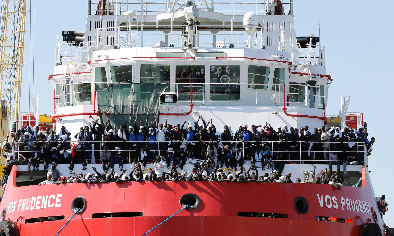 Des migrants attendent de débarquer dans le port de Naples, le 28 mai 2017.