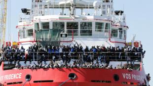 Des migrants attendent de débarquer du navire «Vos Prudence» affrété par MSF, dans le port de Naples, en Italie, le 28 mai 2017.