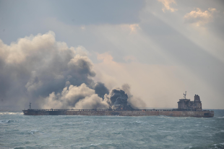 L'impressionnant incendie provoqué par la collision entre le Sanchi et un autre navire. Mer de Chine de l'Est, le 9 janvier 2018.