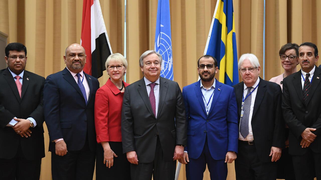 Ministro do Exterior do Iêmen, Khaled al-Yamani, secretário-geral da ONU, António Guterres, e negociador dos rebeldes, Mohammed Abdelsalam durante negociações de paz em Rimbo, na Suécia.