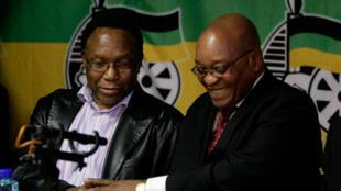Kgalema Motlanthe, vice-président de l'ANC (g) aux côtés du leader de l'ANC Jacob Zuma, lors d'un point avec la presse à Johannesburg, le 22 septembre 2008.