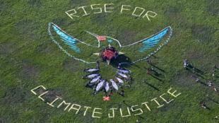 Les dirigeants autochtones du monde entier ainsi que leurs partisans se rassemblent autour de leur message appelant à la justice climatique et aux droits des peuples autochtones à San Francisco.