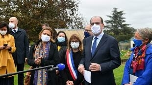 Le Premier ministre, Jean Castex, avec la ministre du Travail, Elisabeth Borne ( à dr.) à Épinay-sur-Orge, détaille les mesures du plan anti-pauvreté.