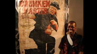 Mansa Mason devant l'une de ses œuvres lors d'une exposition organisée le 27 mars 2014 à Monrovia.
