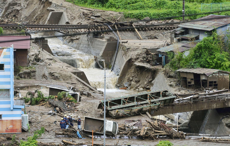 Bão và mưa lũ làm đất lở và cuốn trôi nhà cửa - REUTERS /Kyodo
