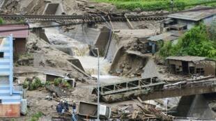 Des immeubles et voitures endommagées après un glissement de terrain à Nagiso causé par les intempéries dues au passage du typhon Neoguri, le 10 juillet 2014.