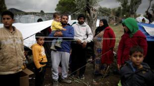Une famille de réfugiés syriens dans le camp Moria, sur l'île de Lesbos en Grèce, le 30 novembre 2017.