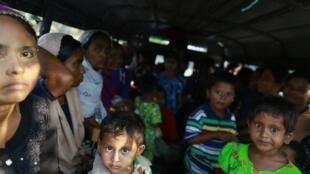 Người Rohingya trên một chiếc xe di chuyển qua một trại tị nạn bên ngoài Sittwe, ngày 29/03/2014.