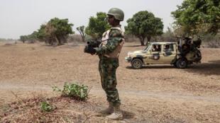 Un soldat nigérian monte la garde près de la rivière Yobe qui sépare le Nigeria du Niger, non loin de Damasak. (image d'illustration)