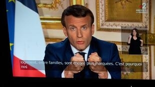 Esta imagen muestra una pantalla de televisión en la que aparece el presidente de Francia, Emmanuel Macron, pronunciando un discurso sobre la pandemia del nuevo coronavirus, en París, el 13 de abril de 2020