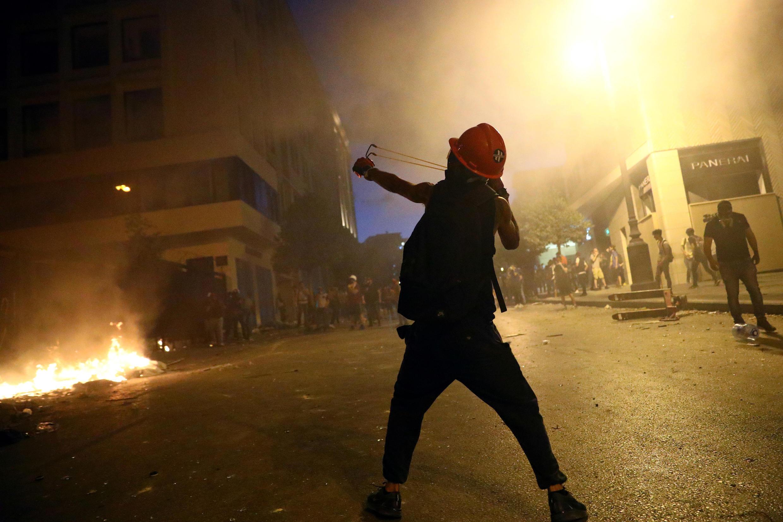 Beirute viveu novos confrontos entre polícia e manifestantes, no terceiro dia de protestos contra o governo libanês desde as explosões no porto da capital.