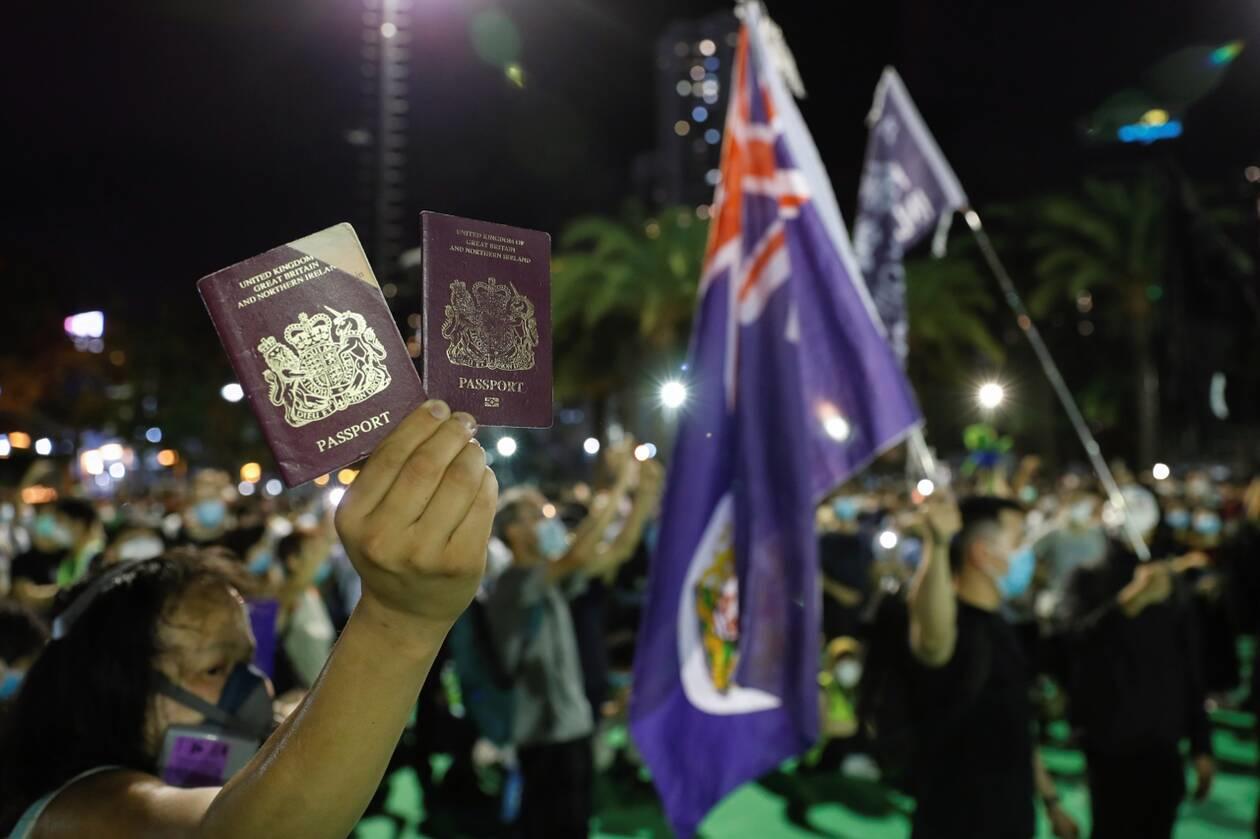 一名香港示威者在反对港版国安法的抗议中手举英国国民海外护照。2020年6月1日