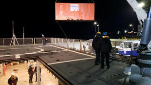 """Navio da Marinha chilena """"Marinero Fuentealba"""" é preparado para ajudar na contenção do vazamento de óleo na doca da Ilha Guarello, a cerca de 250 km da cidade de Puerto Natales, na região de Magallanes, Chile"""