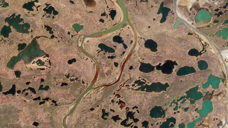 Una foto divulgada por 2020 Planet Labs el 5 de junio de 2020 muestra una vista aérea del gran derrame de diesel en el río Ambarnaya en las afueras de Norilsk en el Ártico, tomada el 4 de junio.