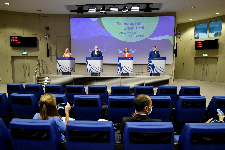 Conférence de presse des commissaires européens sur leurs stratégies pour l'agriculture et l'alimentation de demain, au siège de l'UE à Bruxelles, le 20 mai 2020.