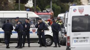 Policial especial francesa bloqueia rua durante tentativa de prender suspeito de assassinatos em Toulouse, nesta quarta-feira.
