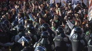 Des grévistes face aux forces de l'ordre, mardi 25 septembre 2018 à Buenos Aires.