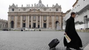 Depois de vários dias de agitação, Vaticano voltou à calma neste final de semana., após partida de Bento XVI