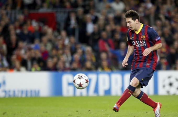 Lionel Messi wa Barcelona akipachika bao la pili katika mechi yao dhidi ya AC Milan