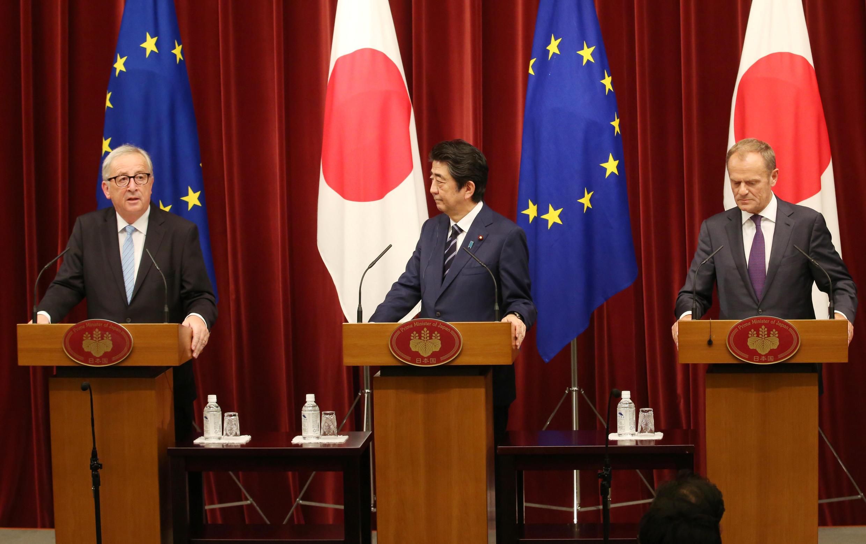 Thủ tướng Nhật Bản Shinzo Abe (G) cùng với chủ tịch Ủy Ban Châu Âu Jean-Claude Juncker (T) và chủ tịch Hội Đồng Châu Âu Donald Tusk, ngày 17/07/2018 tại Tokyo.