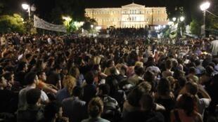 Des milliers de Grecs devant le Parlement d'Athènes viennent protester tous les soirs, après un appel à manifester pacifiquement, lancé via Facebook. Photo le 31 mai 2011.