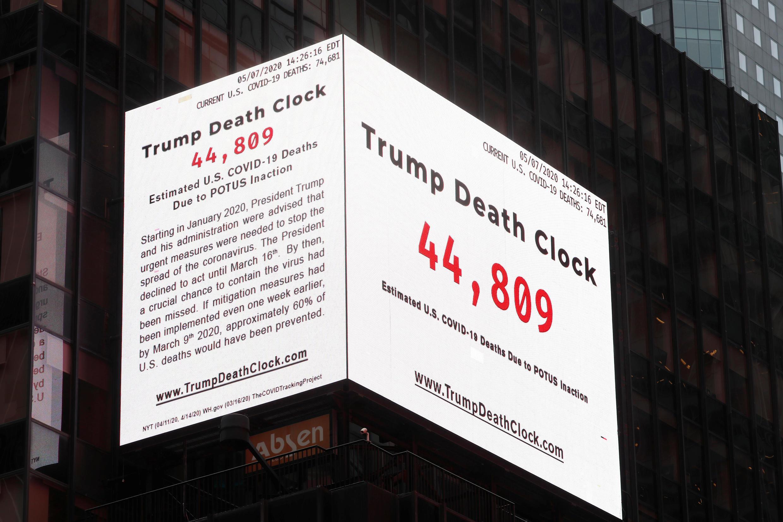 В центре Нью-Йорка на Таймс сквер президента обвиняют в бездействии во время эпидемии коронавируса, показывая число погибших от COVID-19 на «часах смерти Трампа»