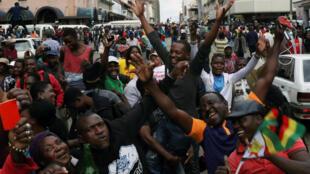 Masu zanga-zanga na murnar murkushe shugaban Zimbabwe Robert Mugabe a Harare