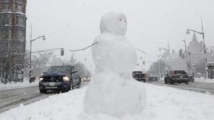 Bonhomme de neige sur un axe routier au Canada.