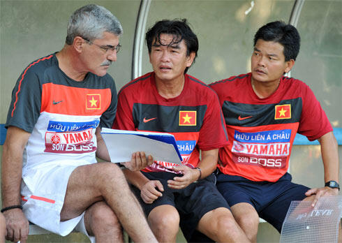 Ông Phan Thanh Hùng (giữa) để lại chiếc ghế HLV trưởng đội tuyển quốc gia mà không mấy huấn luyện nội muốn tiếp quản.