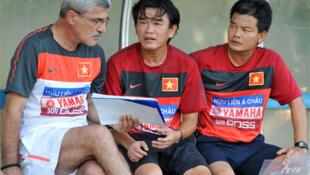 Huấn luyện viên người Bồ Đào Nha Henrique Calisto, ông thầy ngoại để lại nhiều dấu ấn nhất cho bóng đá Việt Nam, cùng các trợ lý Phan Thanh Hùng và Nguyễn Văn Sĩ.