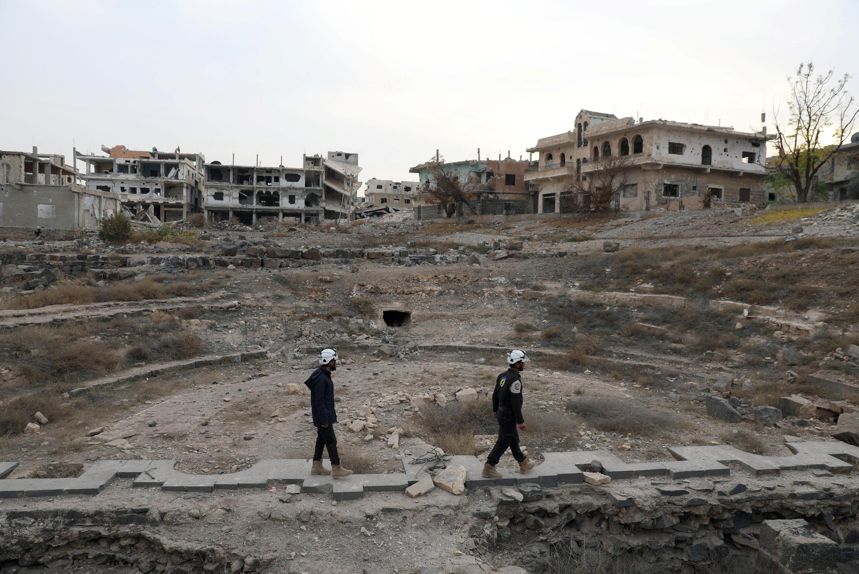"""Представители гражданской обороны """"Белых касок Сирии"""" инспектируют римские руины в городе Даръа. Сирия, 23 декабря 2017"""