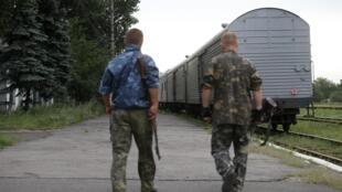 Le train transportant le corps des victimes du crash du vol MH17 de la  Malaysia Airlines quitte la gare de Torez, dans la région de Donetsk, le 21 juillet 2014.
