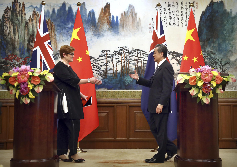 Ngoại trưởng Trung Quốc Vương Nghị (P) và đồng nhiệm Úc Marise Payne trong buổi họp báo ngày 08/11/2018 tại Đại lễ đường Nhân dân, Bắc Kinh, Trung Quốc.