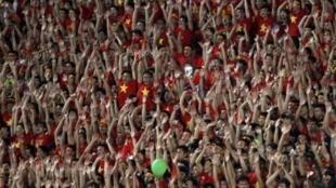 """Các cổ động viên bóng đá Việt Nam đang hy vọng vào kỳ tích của """"Thầy Nhật"""". Ảnh chụp tại sân vận động Mỹ Đình (Hà Nội) ngày 13/09/2014."""