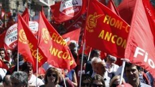 Des milliers de personnes ont manifesté, le 18 mai 2013, à Rome contre la politique d'austérité et le taux de chômage élevé.