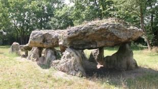 Des mégalithes - grosses pierres utilisées comme sépultures - datant de l'époque du Néolithique, à Épône (ville des Yvelines).
