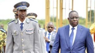 Jenerali Gilbert Diendéré amemkaribisha Rais wa Senegal na mMwenyekiti wa ECOWAS alipowasili katika uwanja wa ndege wa Ouagadougou, Septemba 18 2015.