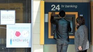 A população do Chipre corre para efetuar saques após anúncio de taxação de contas bancárias.