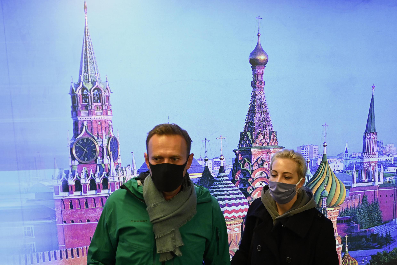 El líder de la oposición rusa Alexei Navalny y su esposa Yulia son vistos en el aeropuerto Sheremetyevo de Moscú a su llegada desde Berlín, el 17 de enero de 2021, antes de su arresto por las autoridades locales.