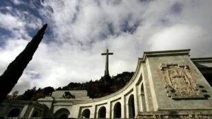 Les experts ont commencé à inspecter le mausolée de Franco le 23 avril 2018 pour préparer les exhumations de deux victimes de la guerre civile espagnole (1936-39) enterrées près de lui, plus de 40 ans après la mort du dictateur.