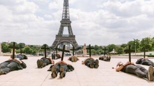 """Foto da performance """"Genocídio"""", organizada pelos coletivos Alerte France-Brésil e Md18 Oficial na praça do Trocadero, em Paris."""