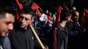 Des manifestants membres du syndicat grec Pame, dans les rues d'Athènes ce mercredi 27 novembre 2018.