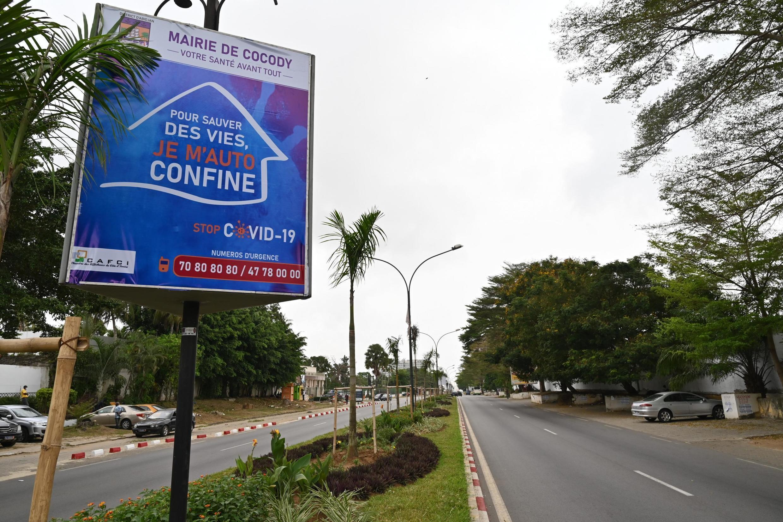Des campagnes publicitaires pour le confinement placardées sur les grands axes d'Abidjan.