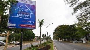 Des campagnes publicitaires pour le confinement sont placardées sur les grands axes d'Abidjan.